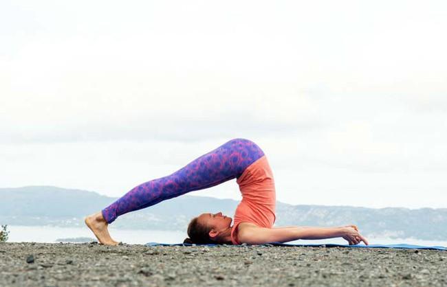 Những bài tập yoga cơ bản giúp bạn vừa giảm cân lại có thể ngăn ngừa táo bón - Ảnh 3.