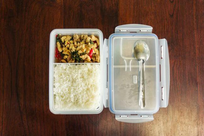 5 sai lầm trong nấu nướng, bảo quản thực phẩm, ăn uống mà bạn cần thay đổi ngay vì sẽ gây hại nhiều hơn - Ảnh 3.