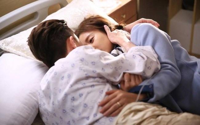 Sợ nhân tình bị vợ đánh, chồng đang ốm liệt giường vẫn bất chấp tất cả để vùng dậy bảo vệ cô ả - Ảnh 2.