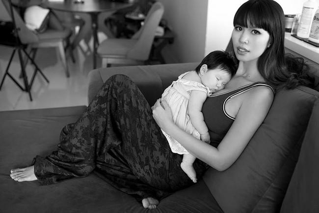 Không thuê vú em mà dậy từ 5 giờ sáng để chăm con, siêu mẫu Hà Anh vẫn không trầm cảm sau sinh là vì điều này - Ảnh 1.