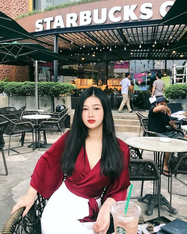 Vẻ đẹp mong manh của Như Phương - cô nàng Quảng Trị sinh năm 1999, đang được cả MXH nghi vấn là người yêu của cầu thủ Đức Chinh - Ảnh 1.