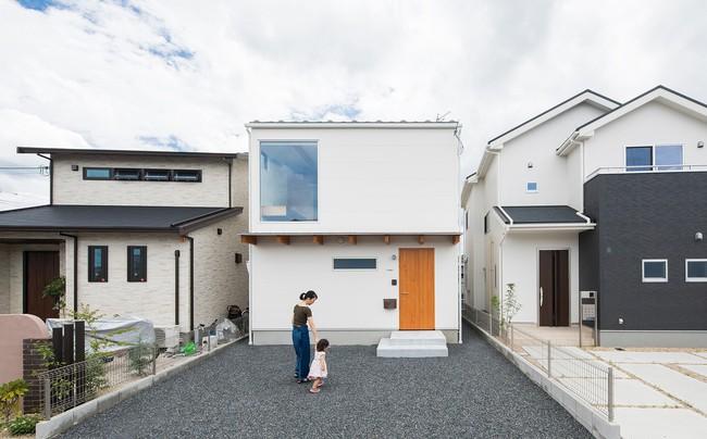 Gia đình có 3 con nhỏ vẫn sống thoải mái trong ngôi nhà phố chật hẹp ở Nhật nhờ thiết kế thông minh - Ảnh 1.
