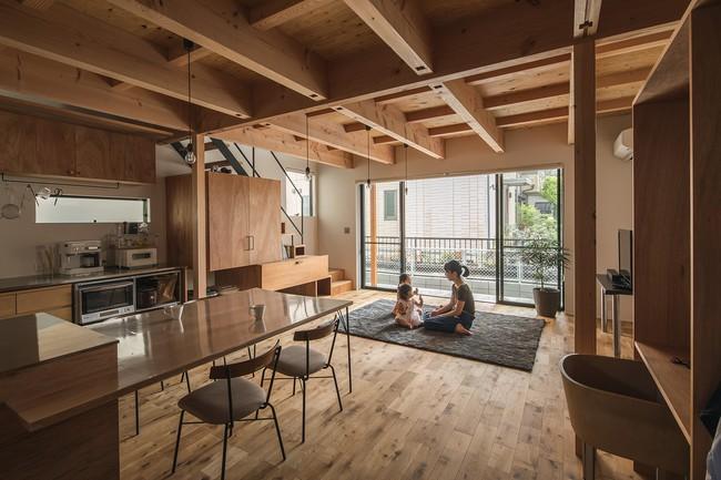 Gia đình có 3 con nhỏ vẫn sống thoải mái trong ngôi nhà phố chật hẹp ở Nhật nhờ thiết kế thông minh - Ảnh 2.