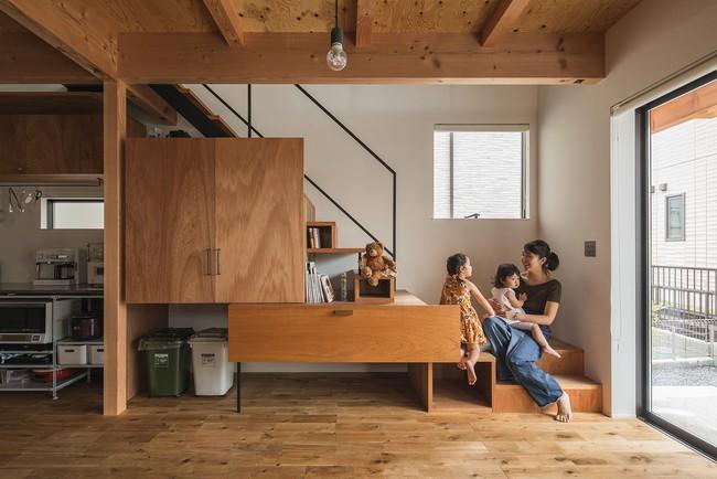 Gia đình có 3 con nhỏ vẫn sống thoải mái trong ngôi nhà phố chật hẹp ở Nhật nhờ thiết kế thông minh - Ảnh 4.
