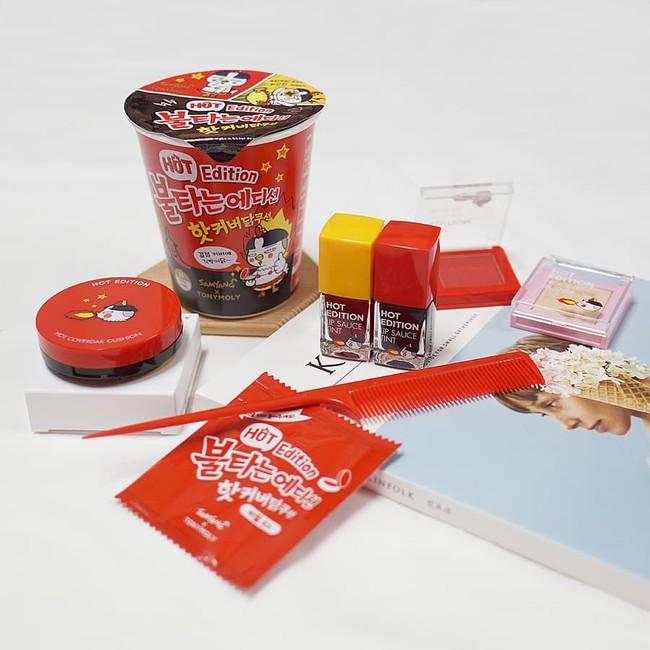 Trông như hộp mì ăn liền nhưng mở gói gia vị ra thì toàn son phấn, đây đích thị là bộ mỹ phẩm Hàn hay ho nhất thu này - Ảnh 4.
