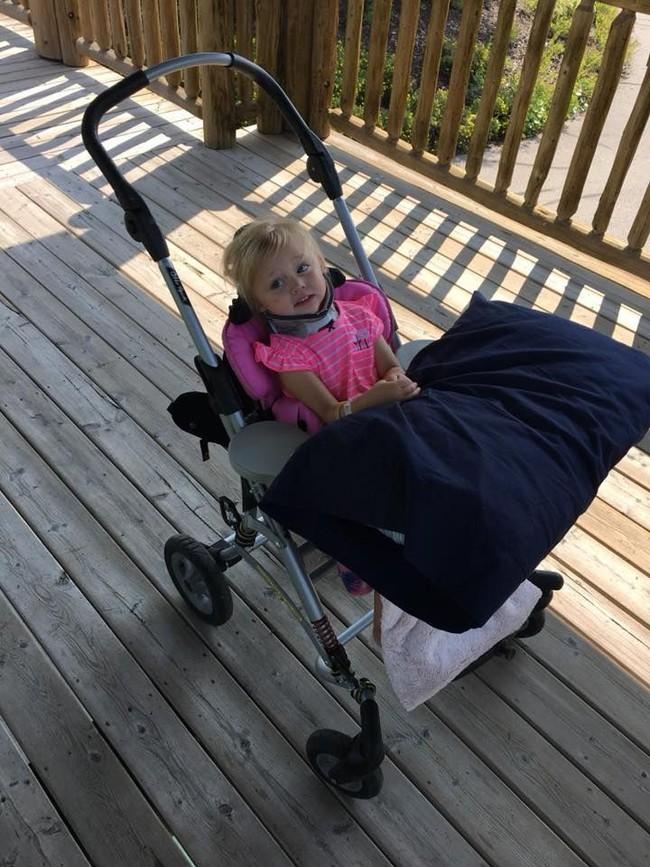 Đang chơi đùa thì ngã vào cốc nước dưới sàn, bé 2 tuổi bị đứt dây thần kinh, liệt nửa người  - Ảnh 3.