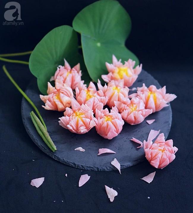 Giảng viên xinh như hot girl chia sẻ cách làm bánh hoa sen đẹp hơn hoa thật ngon mê li - Ảnh 2.