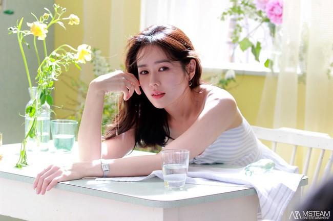Nói mãi về nhan sắc, đừng quên vóc dáng của Son Ye Jin cũng sexy nghẹt thở, cứ nhìn mỗi lần chị đẹp diện đồ táo bạo là biết ngay - Ảnh 1.