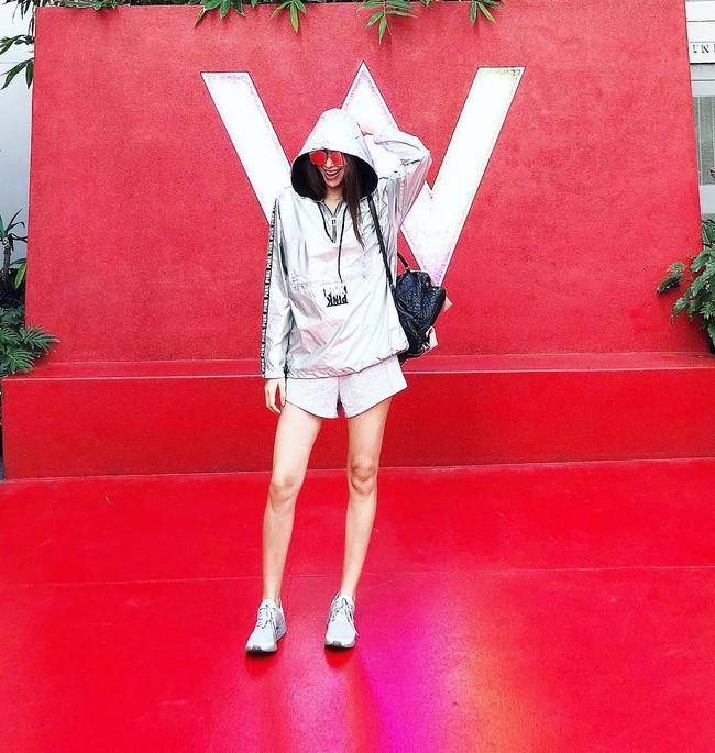Phạm Hương diện quần shorts khoe đôi chân siêu thon dài nhưng người hâm mộ lại phát hiện ra điều này - Ảnh 1.