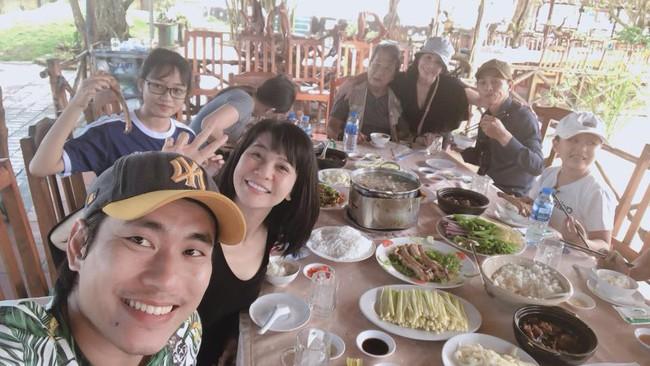 Im lặng trong tâm bão nhưng giờ đây Kiều Minh Tuấn lại theo Cát Phượng về quê ăn bữa cơm gia đình - Ảnh 1.