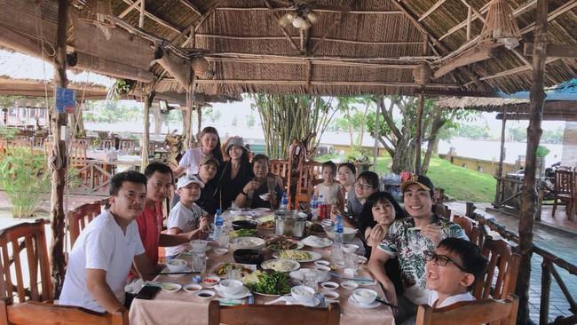Im lặng trong tâm bão nhưng giờ đây Kiều Minh Tuấn lại theo Cát Phượng về quê ăn bữa cơm gia đình - Ảnh 2.