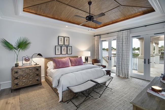 Phòng ngủ ấm cúng vào mùa đông, mát mẻ khi vào hè với trần nhà bằng gỗ tự nhiên - Ảnh 3.
