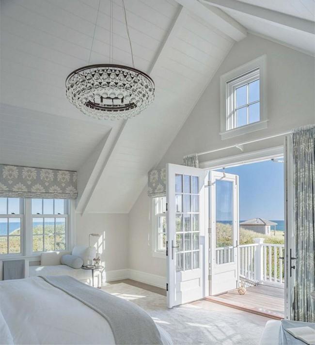 Phòng ngủ ấm cúng vào mùa đông, mát mẻ khi vào hè với trần nhà bằng gỗ tự nhiên - Ảnh 4.