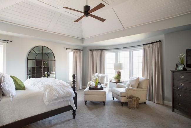 Phòng ngủ ấm cúng vào mùa đông, mát mẻ khi vào hè với trần nhà bằng gỗ tự nhiên - Ảnh 5.