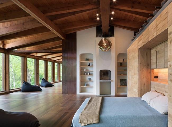 Phòng ngủ ấm cúng vào mùa đông, mát mẻ khi vào hè với trần nhà bằng gỗ tự nhiên - Ảnh 6.