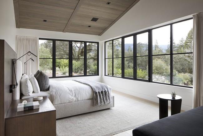 Phòng ngủ ấm cúng vào mùa đông, mát mẻ khi vào hè với trần nhà bằng gỗ tự nhiên - Ảnh 7.