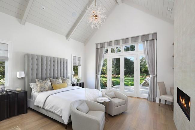 Phòng ngủ ấm cúng vào mùa đông, mát mẻ khi vào hè với trần nhà bằng gỗ tự nhiên - Ảnh 11.