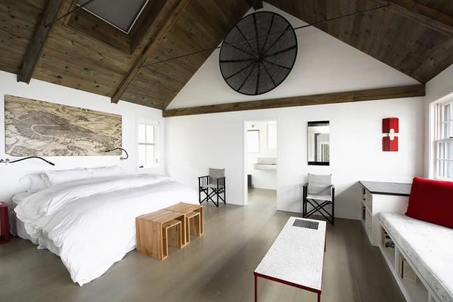 Phòng ngủ ấm cúng vào mùa đông, mát mẻ khi vào hè với trần nhà bằng gỗ tự nhiên - Ảnh 13.