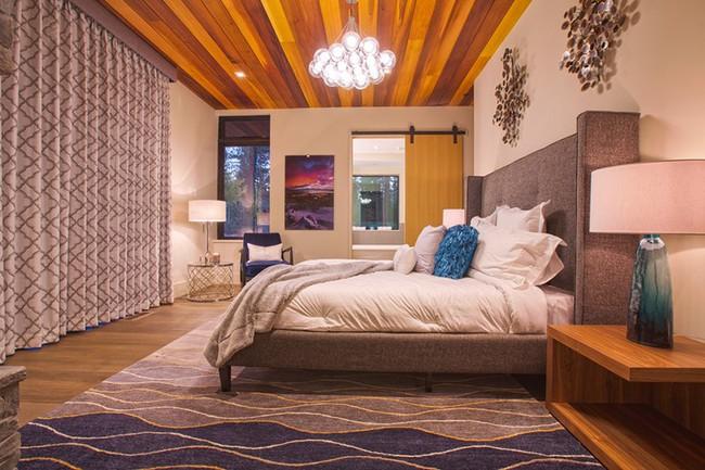 Phòng ngủ ấm cúng vào mùa đông, mát mẻ khi vào hè với trần nhà bằng gỗ tự nhiên - Ảnh 14.
