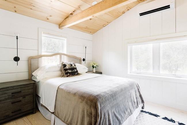 Phòng ngủ ấm cúng vào mùa đông, mát mẻ khi vào hè với trần nhà bằng gỗ tự nhiên - Ảnh 15.