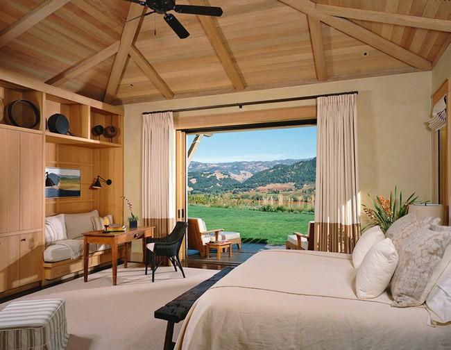 Phòng ngủ ấm cúng vào mùa đông, mát mẻ khi vào hè với trần nhà bằng gỗ tự nhiên - Ảnh 16.