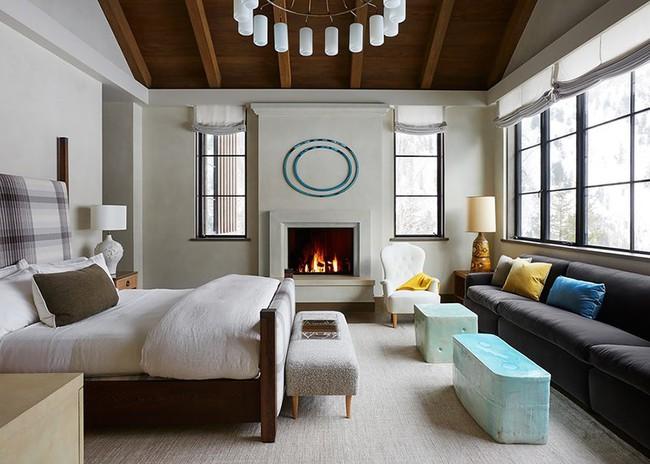 Phòng ngủ ấm cúng vào mùa đông, mát mẻ khi vào hè với trần nhà bằng gỗ tự nhiên - Ảnh 17.