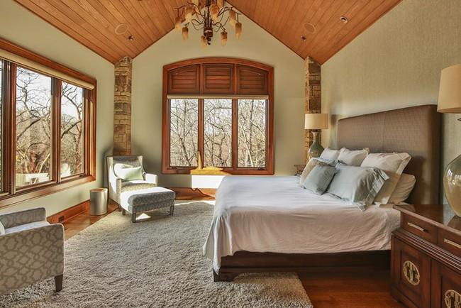 Phòng ngủ ấm cúng vào mùa đông, mát mẻ khi vào hè với trần nhà bằng gỗ tự nhiên - Ảnh 20.