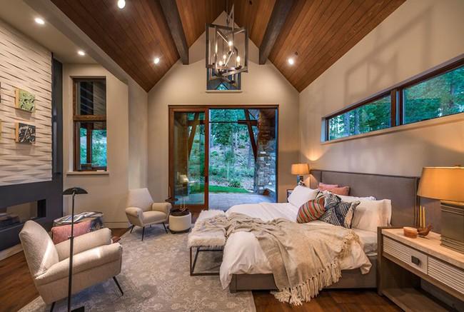 Phòng ngủ ấm cúng vào mùa đông, mát mẻ khi vào hè với trần nhà bằng gỗ tự nhiên - Ảnh 21.