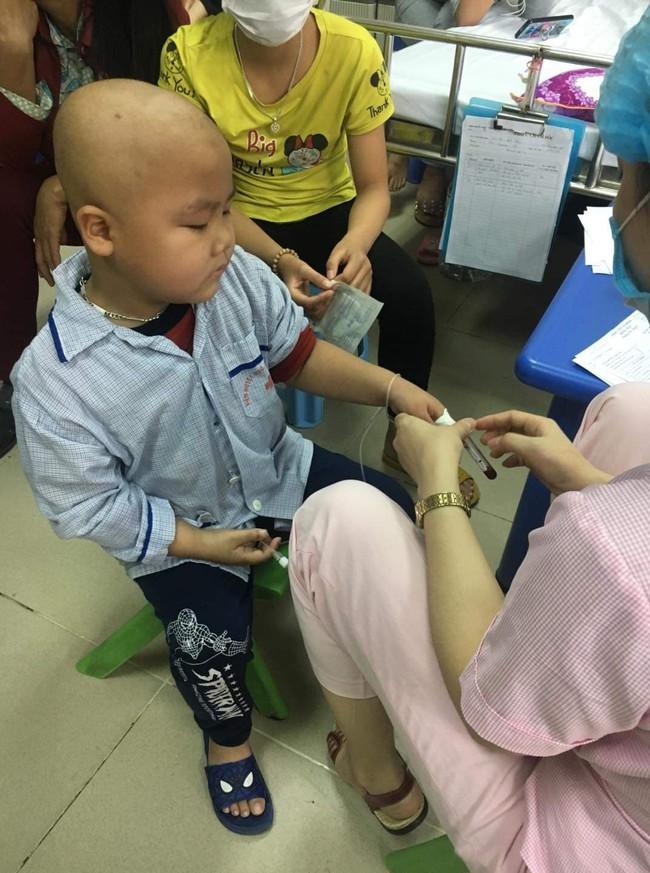 """Câu hỏi của con trai 7 tuổi mắc bệnh ung thư máu khiến người mẹ khóc nghẹn: """"Nếu bán nhà thì mẹ con mình ở đâu hả mẹ?"""" - Ảnh 4."""