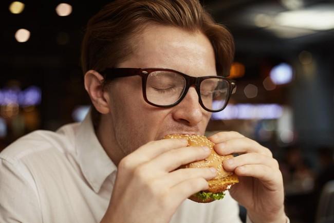 Ra mồ hôi sau khi ăn: Có nguy hiểm không và khi nào cần đi khám? - Ảnh 3.