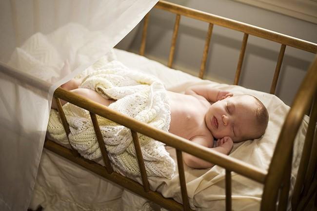 Một số cách đơn giản để tập cho trẻ sơ sinh ngủ một mình trong cũi từ khi mới lọt lòng - Ảnh 1.