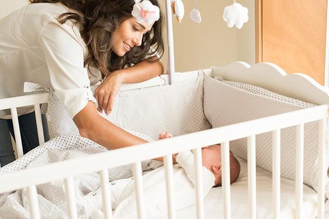 Một số cách đơn giản để tập cho trẻ sơ sinh ngủ một mình trong cũi từ khi mới lọt lòng - Ảnh 6.