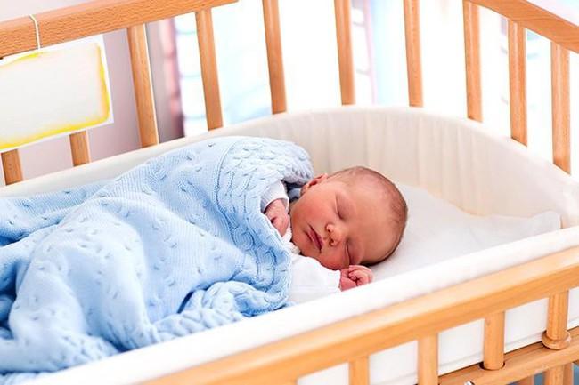Một số cách đơn giản để tập cho trẻ sơ sinh ngủ một mình trong cũi từ khi mới lọt lòng - Ảnh 3.