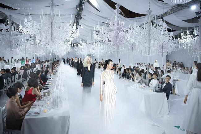 Thưởng lãm show của Lý Quí Khánh lại càng xuýt xoa trước bữa tiệc xa hoa 8 năm trước của Chanel - Ảnh 4.