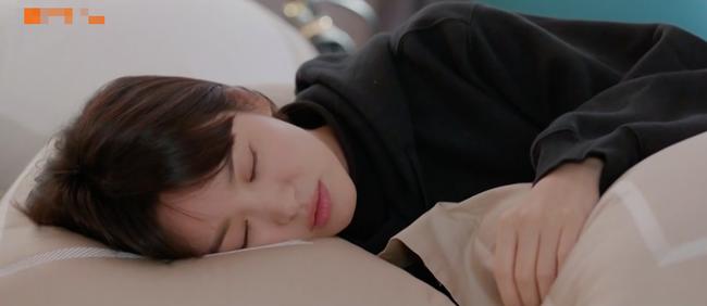 Cảnh Song Hye Kyo say xỉn trong Encounter gợi nhớ bác sĩ Kang của Hậu duệ mặt trời - Ảnh 3.