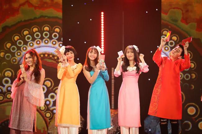 Bộ đôi Hồ Ngọc Hà - Trấn Thành trở lại, mặc áo dài rực rỡ dẫn chương trình Tết - Ảnh 4.