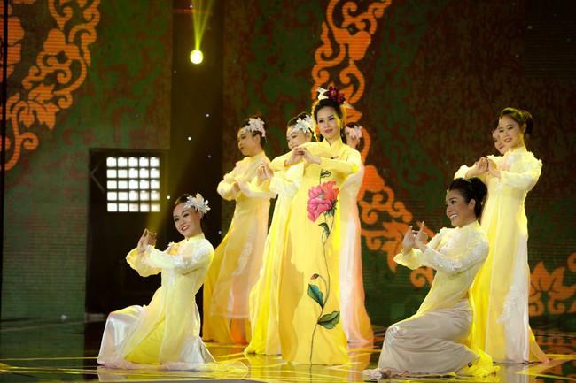 Bộ đôi Hồ Ngọc Hà - Trấn Thành trở lại, mặc áo dài rực rỡ dẫn chương trình Tết - Ảnh 6.
