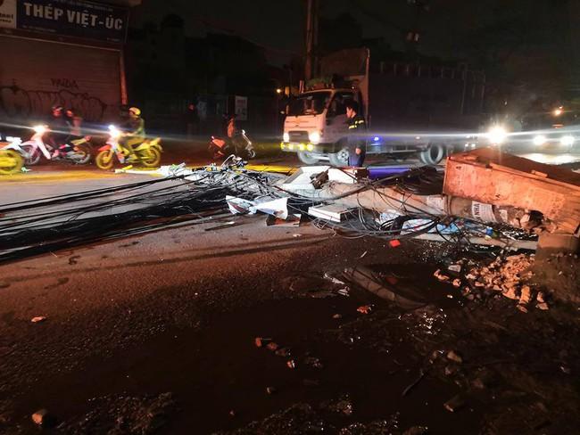 Hà Nội: Kinh hoàng xe bồn kéo đổ hàng loạt cột điện rồi bỏ chạy khiến nhiều hộ dân mất điện - Ảnh 2.