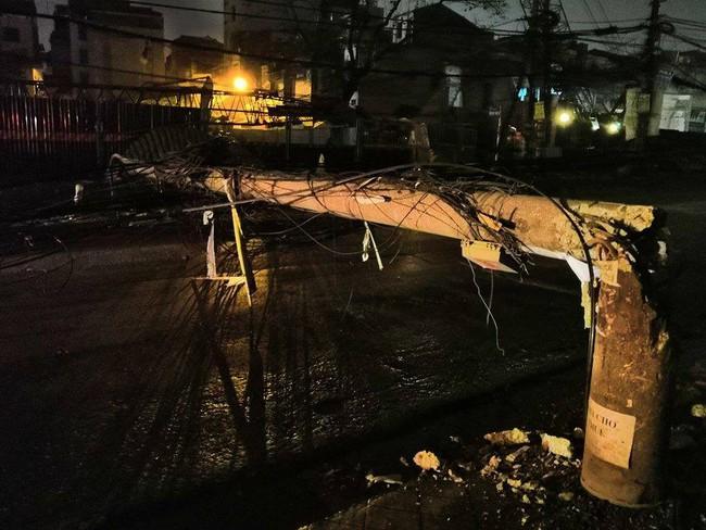 Hà Nội: Kinh hoàng xe bồn kéo đổ hàng loạt cột điện rồi bỏ chạy khiến nhiều hộ dân mất điện - Ảnh 4.