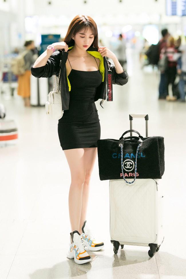 Ngọc Trinh gợi cảm với váy bó sát, Quỳnh Thư diện đồ cá tính lên đường dự Tuần lễ thời trang Milan - Ảnh 2.