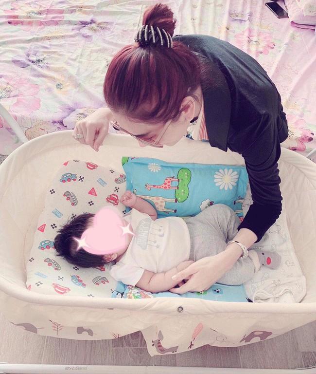 Lâm Khánh Chi chia sẻ ảnh con trai đầu lòng sau 1 năm kết hôn, nghẹn ngào trong lần đầu làm mẹ  - Ảnh 1.