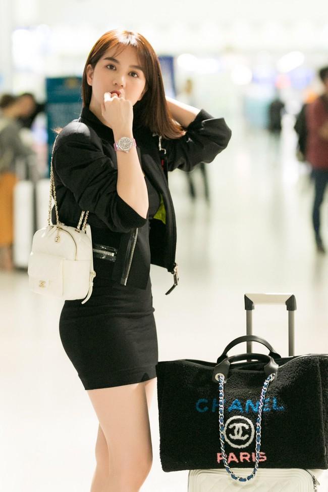 Ngọc Trinh gợi cảm với váy bó sát, Quỳnh Thư diện đồ cá tính lên đường dự Tuần lễ thời trang Milan - Ảnh 3.