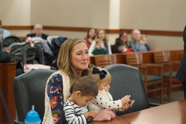 Lần lượt nhận nuôi 2 đứa trẻ bị bỏ rơi, mẹ đơn thân sốc đến rơi nước mắt khi khám phá ra thân phận thật sự của chúng - Ảnh 4.
