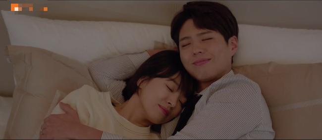 Lần đầu ngủ chung giường với phi công trẻ, Song Hye Kyo đã biểu cảm thế này - Ảnh 9.