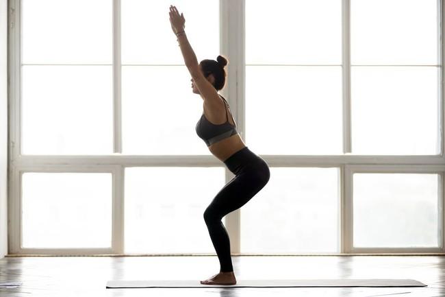 Những tư thế yoga tăng cường đốt cháy calo trong quá trình tập luyện - Ảnh 2.