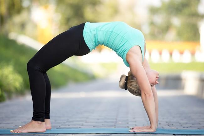 Những tư thế yoga tăng cường đốt cháy calo trong quá trình tập luyện - Ảnh 4.