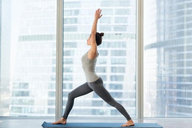 Những tư thế yoga tăng cường đốt cháy calo trong quá trình tập luyện - Ảnh 5.