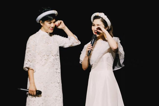Làm liveshow kỷ niệm 6 năm ca hát, Hương Tràm bật khóc, rưng rưng ôm lấy Thu Phương  - Ảnh 1.