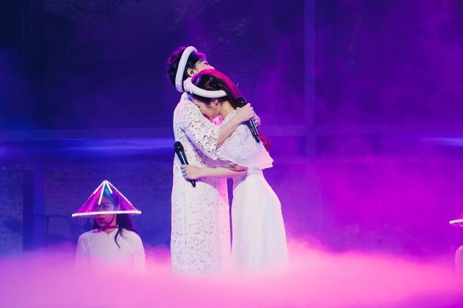 Làm liveshow kỷ niệm 6 năm ca hát, Hương Tràm bật khóc, rưng rưng ôm lấy Thu Phương  - Ảnh 2.