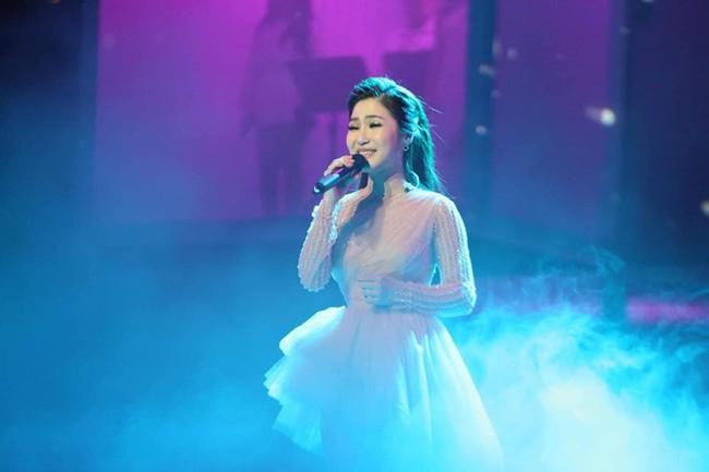 Làm liveshow kỷ niệm 6 năm ca hát, Hương Tràm bật khóc, rưng rưng ôm lấy Thu Phương  - Ảnh 3.
